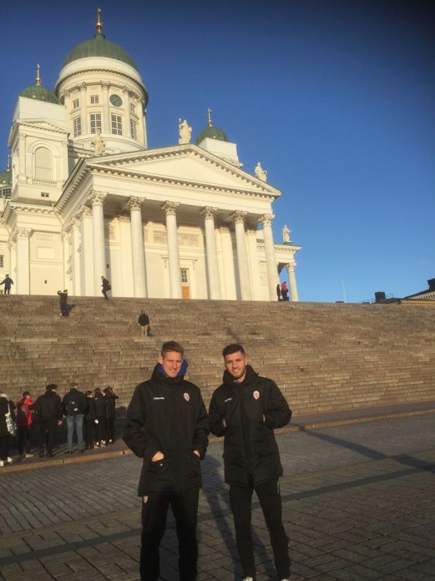 Liechtensteini koondislased Andreas Malin (vasakul) ja Ridvan Kardesoglu täna Helsingi toomkiriku juures. Foto: Ott Järvela