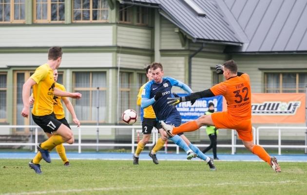 Nii teenis Sander Laht penalti, mis aitas Kuressaarel mängu tagasi tulla. Foto: Brit Maria Tael