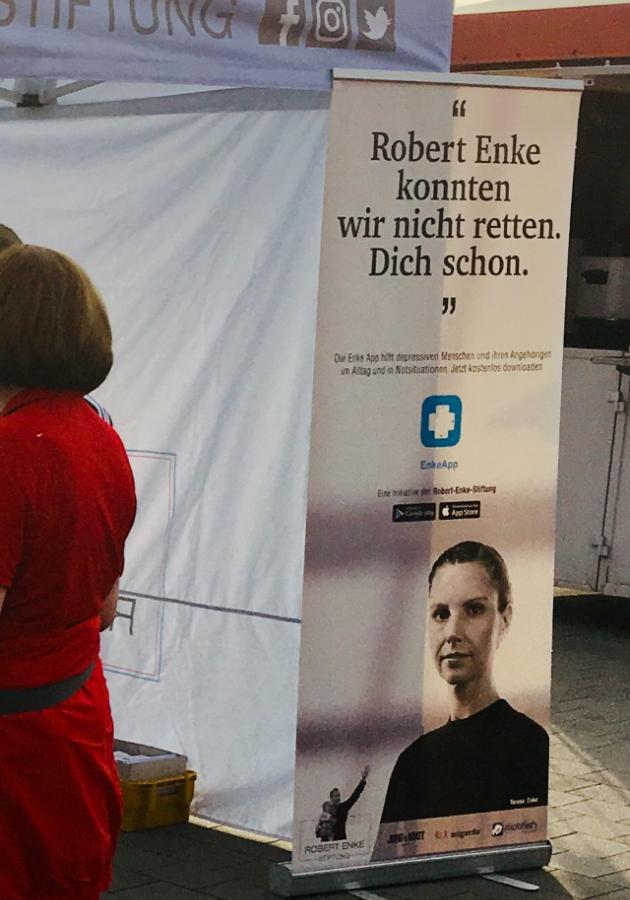 """Robert Enke lesk Teresa (plakatil all) pani aluse Robert Enke Sihtasutusele, mis aitab depressiooni haigestunuid. Kliki pildil, et SA teemal lähemalt lugeda. """"Robert Enket me päästa ei suutnud. Sind aga küll."""" Foto: Andres Must"""