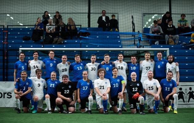 EJLi (sinistes särkides) ja FC Cosmose (valgetes) ühispilt pärast 12. Aastalõputurniiri sõpruskohtumist. Foto: Liisi Troska / jalgpall.ee