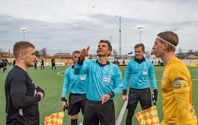 Eesti tippkohtunikust Kristo Tohverist (keskel) on saamas Eesti esimene videokohtunik. Foto: Allan Mehik