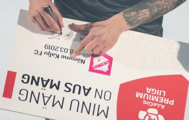 Premium liiga klubide kaptenid allkirjastavad hooaja eel ausa mängu plakati. Foto: Liisi Troska