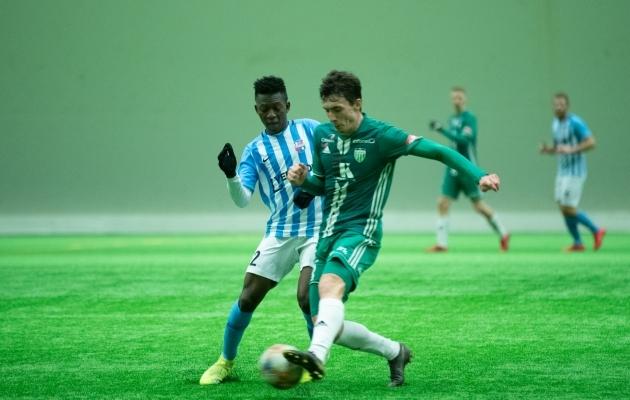 Hadji Drame (vasakul) võitleb palli pärast Levadia äsjase täienduse Zurab Otšigavaga. Foto: Liisi Troska