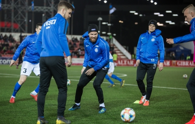Henri Anier (keskel) suundub mängima Hollandisse Go Ahead Eaglesisse, kus on varasemalt pallinud ka ta sõber ja koondisekaaslane Henrik Ojamaa (paremal). Foto: Jana Pipar