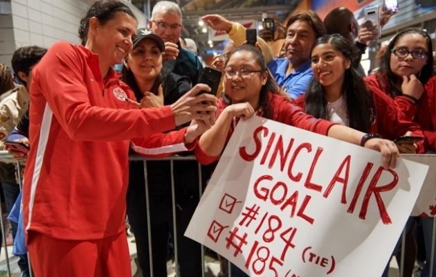Kanada naiste koondise ründaja Christine Sinclair tõusis enim koondiseväravaid löönud jalgpalluriks. Foto: FIFA Twitter