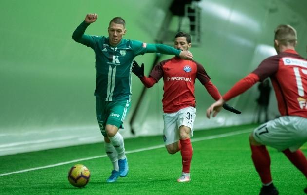 Trevor Elhi (vasakul) teenis mängus Narva Transiga juba 4. minutil punase kaardi. Foto: Liisi Troska