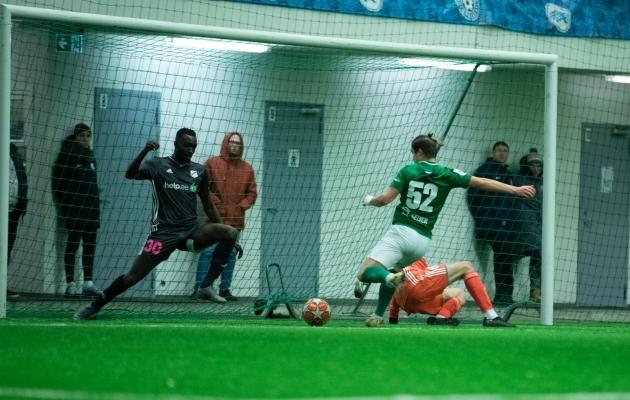Täna FC Flora vastu teise poolaja kaasa teinud Suurbritannia kaitsja Omar Mbowe (vasakul) mängis viimati Soome tugevuselt neljandas liigas. Foto: Liisi Troska / jalgpall.ee