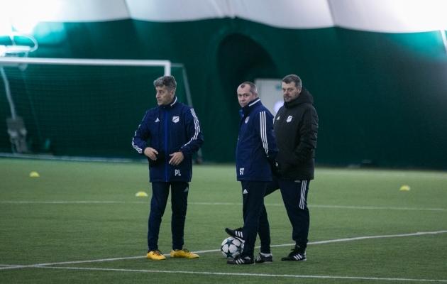 Nõmme Kalju treenerid Fredo Getulio Aurelio, Sergei Terehhov ja Marko Kristal juurutavad domineerivat mängu. Foto: Brit Maria Tael