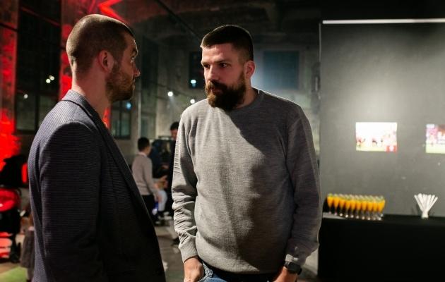 Hooaja avamisel arutas Pohlak (näoga) jalgpalliasja Viljandi Tuleviku presidendi Raiko Mutlega. Foto: Brit Maria Tael