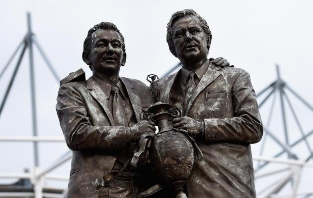 Clough (vasakul) ja Taylor seismas Derby County koduareeni Pride Parki ees. Foto: uefa.com