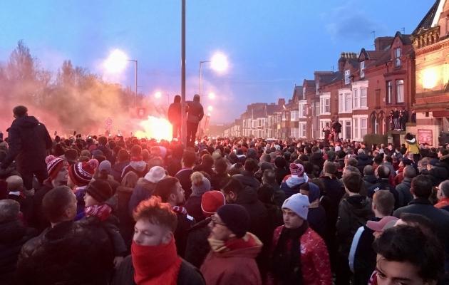 Liverpooli fännid meeskonna bussi ootel. Foto: erakogu