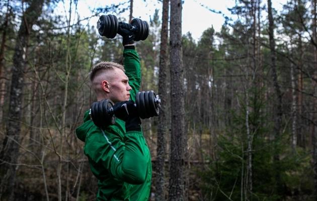 Flora keskkaitsja Henrik Pürgi trenn algas juba parkimisplatsil, kus ta kaks 15 kilost hantlit kätte võttis ja need kilomeetri kaugusele trennipaika vedas. Foto: Brit Maria Tael
