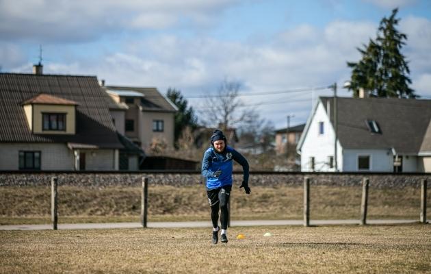 Tuleviku ääremängija Sander Kapper ei läinud lihtsama vastupanu teed ja valis intervallide jooksmiseks pärituule asemel ikka vastutuule. Foto: Brit Maria Tael