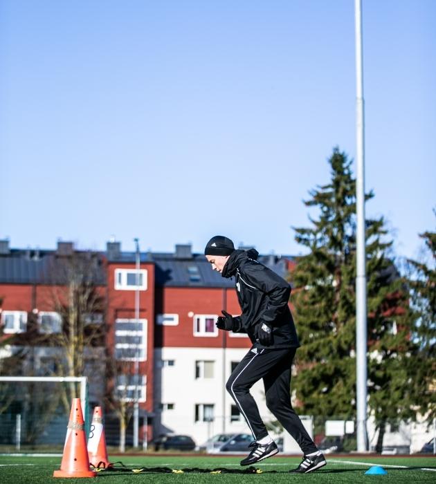Kalju mängija Peeter Klein arendas trennis ründajale hädavajalikku jalgade tööd. Foto: Brit Maria Tael