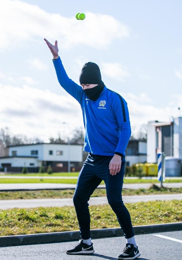 Kuressaare väravavaht Magnus Karofeld liigutab end nagu Jagger. Foto: Brit Maria Tael
