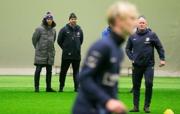 Paide Linnameeskonna tegevjuht Jaanus Pruuli koos peatreener Vjatšeslav Zahovaikoga treeningut jälgimas. Foto: Brit Maria Tael