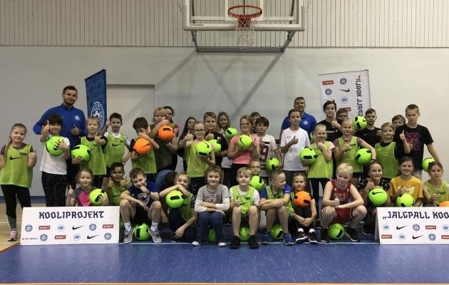 Kooliprojekti külaskäik Avinurme Gümnaasiumisse. Foto: jalgpall.ee
