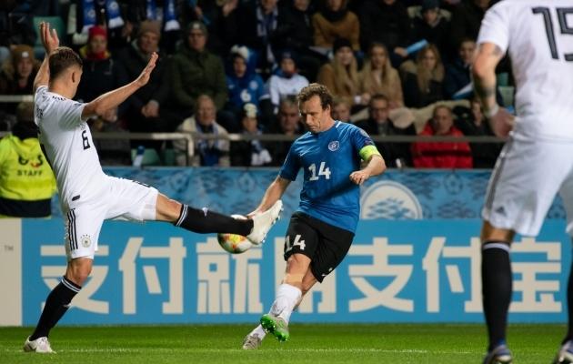 Konstantin Vassiljev teenib Eesti särki kandes tasu ka FC Florale - samamoodi nagu teda takistada püüdev Joshua Kimmich Müncheni Bayernile. Foto: Liisi Troska