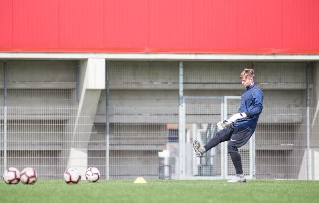 Väravavaht Mait Toom veel kätega palli katsuda ei tohi. Foto: Jana Pipar / jalgpall.ee