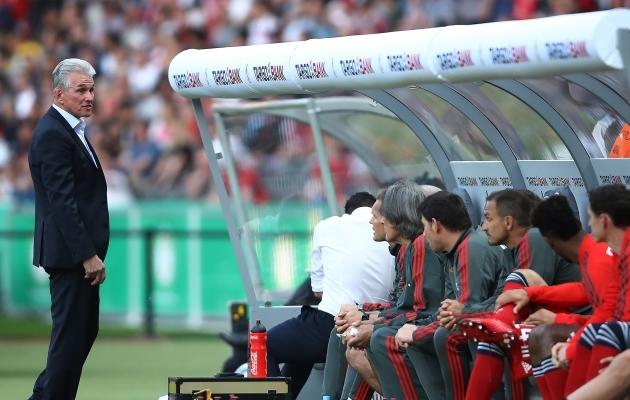 Jupp Heynckes oma viimases mängus meeskonna pingiga suhtlemas. Foto: Müncheni Bayerni Twitter