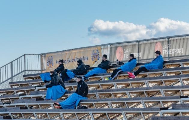 Tribüünist on saanud vahetusmeeste pärusmaa. Foto: Allan Mehik