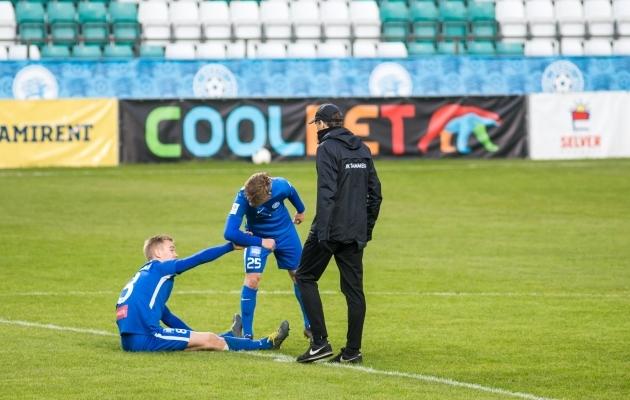 Tammeka räägituim mängija on viimastel päevadel olnud poolkaitsja Mihkel Järviste, kes siin pildil aitamas hooaega vägevalt alustanud Daniel Maanast. Foto: Jana Pipar / jalgpall.ee