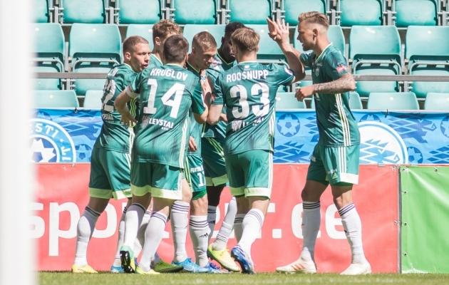 FCI Levadia jalgpallurid õnnitlevad kohtumise avavärava löönud Robert Kirssi. Foto: Jana Pipar / jalgpall.ee
