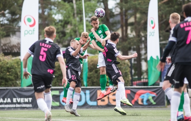Kuusk on õhuduelli võitnud, Lobai jälgib olukorda kauguselt. Foto: Jana Pipar / jalgpall.ee
