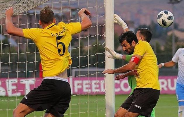 Nikita Baranov (vasakul) teenis mängus tiitlikaitsja FC Ararat-Armeniaga punase kaardi, aga tema meeskond FC Alaškert teenis 0:0 viigi. Foto: FC Alaškert