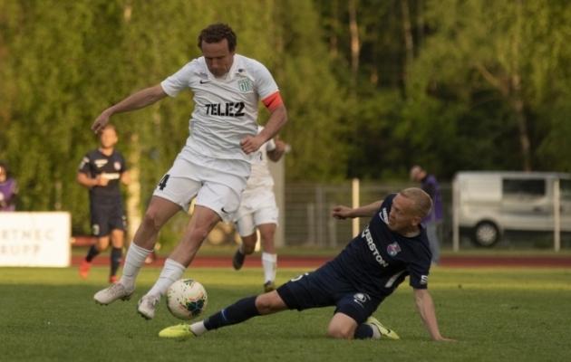 FC Flora kapten Konstantin Vassiljev ja Paide Linnameeskonna poolkaitsja Sander Sinilaid. Foto: Liisi Troska / jalgpall.ee