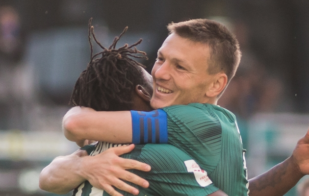 FCI Levadia kapten Dmitri Kruglov õnnitleb meeskonna kolmanda värava autorit Gandot. Foto: Jana Pipar / jalgpall.ee
