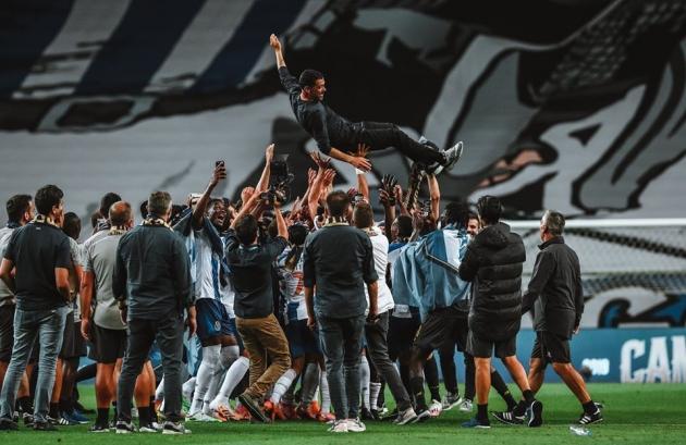 FC Porto mängijad pilluvad õhku oma peatreenerit Sergio Conceicaod. Foto: Primeira Liga Facebook