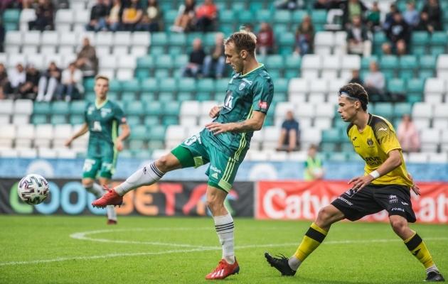 Mark Oliver Roosnupp (rohelises) tegi enim pealelööke. Foto: Jana Pipar / jalgpall.ee