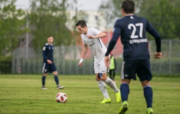 Artur Uljanov (valges) sai Esiliiga mängus punase kaardi. Foto: Brit Maria Tael