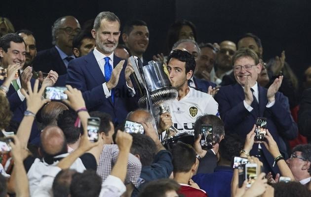 Kapten karikaga, mida klubi ... justkui ei tahtnudki võita? Foto: Valencia CF / Twitter