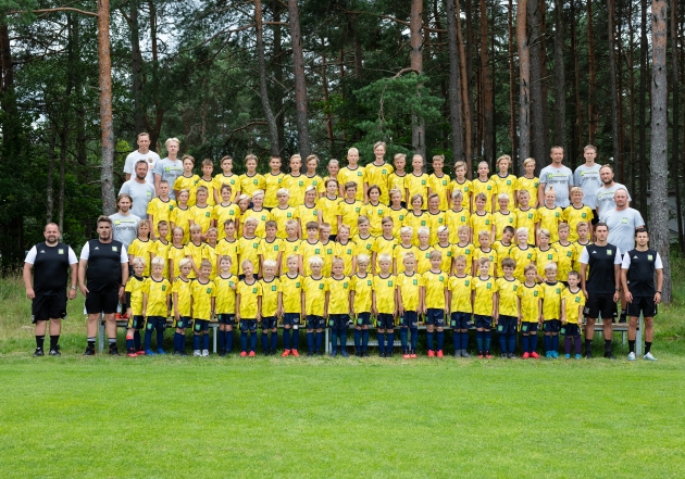 Laagri osalejad koos treeneritega. Foto: FC Nõmme United / Mart Poomi Jalgpallikool