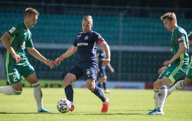Marko Lipp (vasakul) Andre Frolovi peatamas. Foto: Jana Pipar / jalgpall.ee