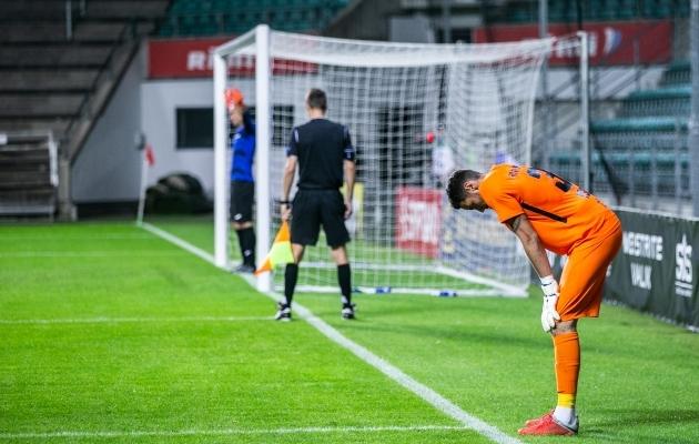 Matvei Igonen (oranžis) sai penaltiseerias tõrje kirja. Foto: Brit Maria Tael