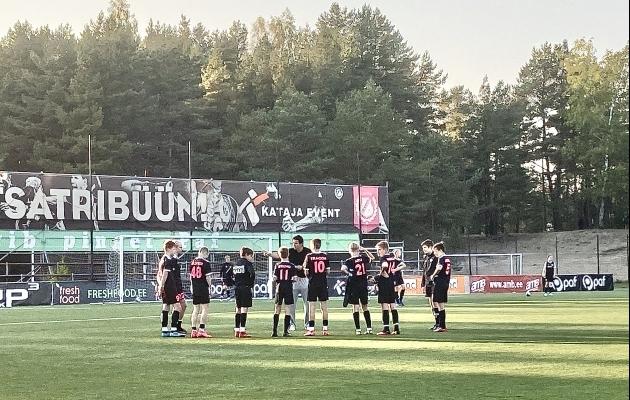 Jari Litmanen jagab juhtnööre Nõmme Kalju U14 meeskonnale enne pühapäevast mängu Pärnu Vaprusega. Foto: Ott Järvela