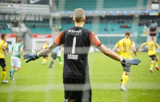 Viljandi Tuleviku väravavaht Karl-Romet Nõmm sai mängus Tallinna Floraga vigastada. Foto: Oliver Tsupsman
