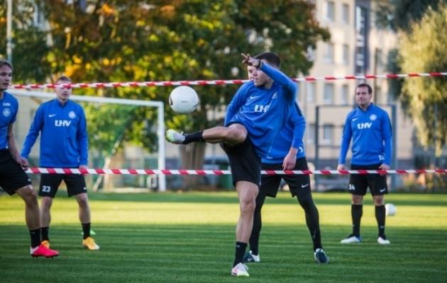 Edgar Tur eilsel Eesti koondise treeningul jalkatennist mängimas. Foto: Jana Pipar / jalgpall.ee