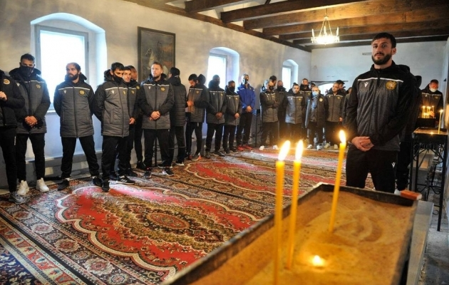 Armeenia jalgpalliliidu Facebooki-lehel avaldatud fotod koondmeeskonna tänahommikusest kirikuskäigust ja kohtumisest FC Ararati noormängijatega. Foto: kuvatõmmis Facebookist