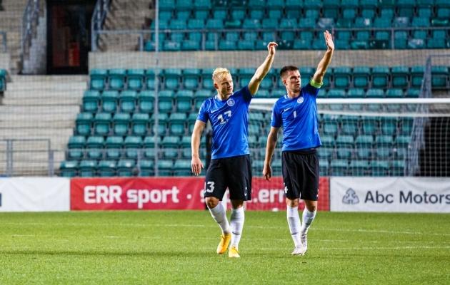 Michael Lilander (vasakul) ja Mattias Käit pärast mängu tribüünil viibinud lähedastele viipamas. Käit tegi seda kaptenipaela kandes. Foto: Oliver Tsupsman