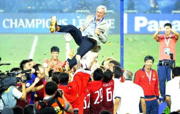 Õhku visati Lippit ka Aasias. Ta on ainus treener, kes võitnud kahe kontinendi Meistrite liigad. Foto: Lippi Twitter