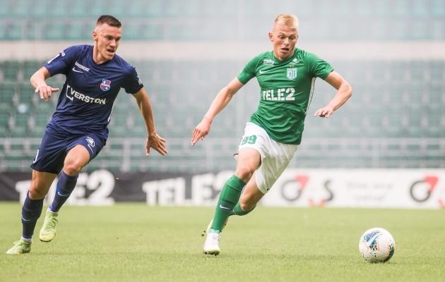 Edgar Turi (vasakul) ja Vlasi Sinjavski kahevõitlus juulis A. Le Coq Arenal peetud mängus, kus FC Flora sai Paide Linnameeskonnast 3:1 jagu. Foto: Jana Pipar / jalgpall.ee