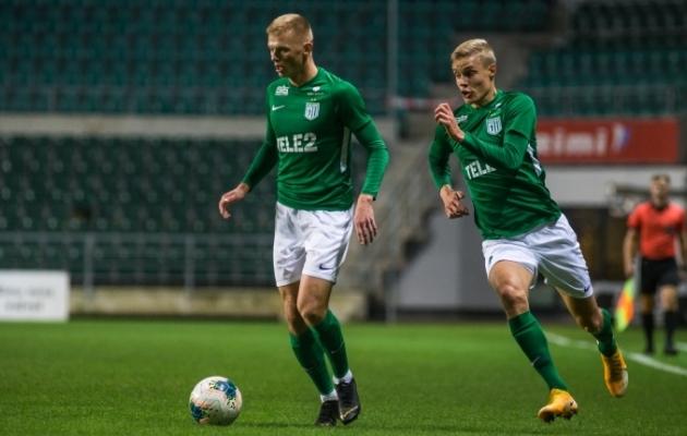 FC Flora vasak äär ehk Vlasi Sinjavski (vasakul) ja Marco Lukka. Foto: Jana Pipar / jalgpall.ee