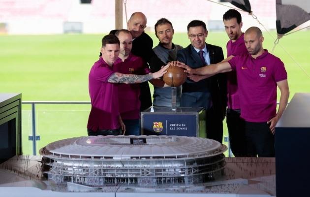 Bartomeu (keskel) koos klubi legendidega uue Camp Nou maketti esitlemas. Aasta on 2016 ja kõik veel hästi. Vähemalt pealtnäha. Foto: Barcelona Twitter