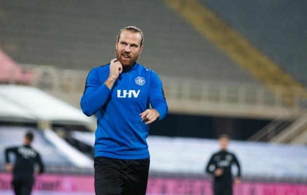 Henri Anier on õnnetult kahe tule vahele jäänud. Foto: Jana Pipar / jalgpall.ee