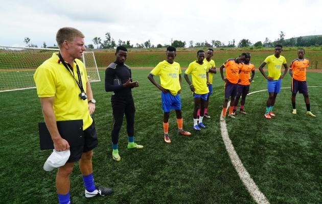 Jaanus Reitel Rwandas Heroes FC treeningul. Vabal ajal jälgis ta ka toona Premium liigat. Foto: Ivar Heinmaa