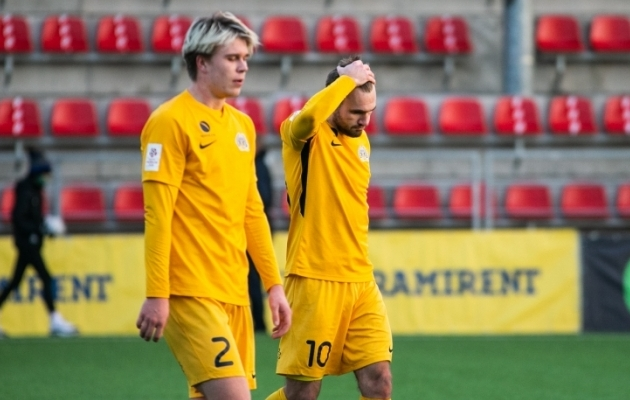 FC Kuressaare mängijad lahkusid väljakult pettununa - hooaeg jätkub ja Premium liiga staatust tuleb kaitsta üleminekumängudel. Foto: Brit Maria Tael